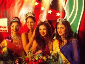 New jersey - Fareisa wordt gekroond door Trina Chakravarty (VS), winnares van vorig jaar. Naast haar Nadia Vorajee van Zuid-Afrika en de Canadese Sapna Sehravat. Fareisa veroverde zondag in New Jersey, Amerika, de titel van Miss India Worldwide.